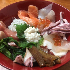 海鮮丼/おうちごはん 海鮮丼😘  デパ地下でお得な海鮮丼を ゲ…