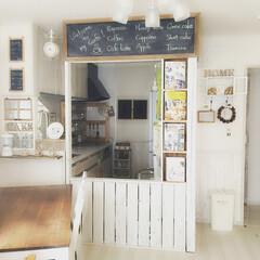 キッチン/リビング/野地板/ベビーゲート/黒板/DIY/... リビングとキッチンの境目にはカフェ風な壁…