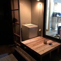 ベランダ/ウッドデッキDIY/DIY 洗濯機置き場にトタンで雨よけ壁と、ウッド…