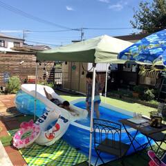 タープテント/ウッドフェンス/人工芝/手作りのお庭/プール/DIY/... 外は暑いですがプールをして楽しんでいる子…