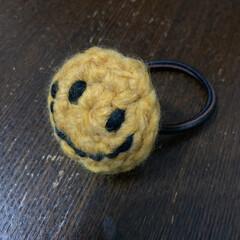 ヘアゴム/フォロー大歓迎/はじめてフォト投稿/ハンドメイド/雑貨/セリア セリアで買った毛糸でヘアゴム制作 ニコち…(3枚目)