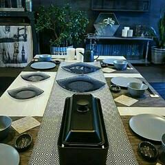 テーブルコーディネート/食卓/ホットプレート/テーブルランナー/イケア/スリムホットプレート/... わが家は5人家族なので人数分の食器を揃え…