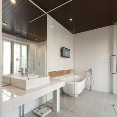 インテリア/住まい/リフォーム/リノベーション/インテリアデザイン/インテリアコーディネート/... テラスへと続く開放感のあるバスルーム。洗…