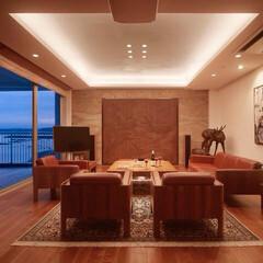オーシャンビュー/豪邸/コーブ照明/間接照明/シアタールーム/インテリアコーディネート/... オーシャンビューの美しい邸宅の夕景。間接…
