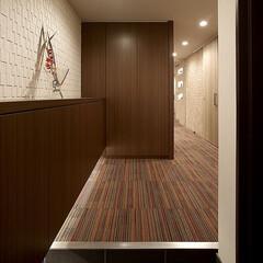 リフォーム/インテリア/住まい/玄関/収納/リノベーション/... リノベーションマンションの玄関。壁にはモ…
