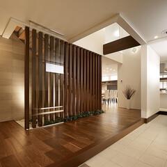 インテリア/住まい/リフォーム/玄関/収納/リノベーション/... 連続する縦格子が美しい広々とした玄関ホー…