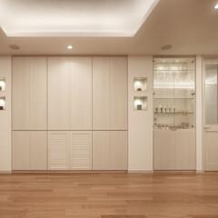 インテリア/住まい/リフォーム/キッチン/収納/インテリアコーディネート/... 美しい邸宅のダイニング脇の壁面収納。天井…
