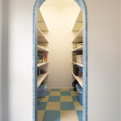 家事コーナー/収納/ガラスモザイクタイル/インテリアデザイン/ストックヤード/パントリー/... キッチンの隣にある食材をたっぷり収納でき…