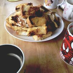 お父さん/家族団らん/フレンチトースト/朝ごはん/スイーツ 休みの日の朝は お父さんの フレンチトー…