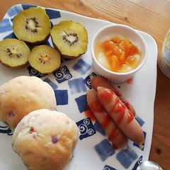 ソーセージ/パッションフルーツジャム/ヨーグルト/キウイ/朝食 市販のパンを添えて パッションフルーツジ…