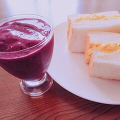 ブルーベリーシェイク/たまごサンド/乃が美食パン/わたしのごはん こんにちはー これから遅いお昼でーす😊 …