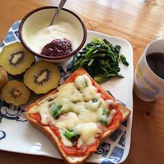 ほうれん草/ラブベリージャム/ヨーグルト/ピザトースト/キウイ 今日は朝からもりもり食べて1日頑張るぞ …