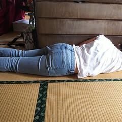 お昼ね/娘 何故かタンスにくっついて寝てる娘😱