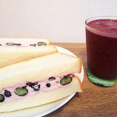 朝食/ブルーベリーヨーグルトシェイク/サンドウィッチ/ブルーベリー/ラズベリー生クリーム おはようーございます 昨日に引き続き 今…