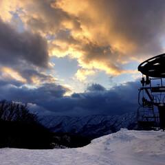 寒い/雪/リフト/きれい/空/スキー場/... スキーに行ってきました! 黄金の雲と群青…