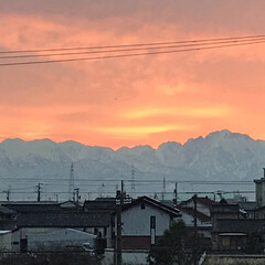 朝焼け/フォロー大歓迎/冬 遠くの山から朝日が昇る夜勤の朝。  職場…