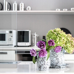 マイホーム/海外インテリア/シンプル/住まい/暮らし/グレー/... キッチンカウンターに紫陽花とチューリップ…