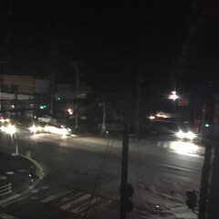 停電/地震 昨日の夜、家の前の交差点は発電機で動いて…