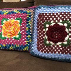 編み物/クッション/プレゼント🎁/ハンドメイド/インテリア/住まい お嫁さんのおばあちゃんからクッションをい…