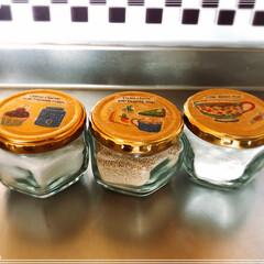 空き瓶/デコパージュ/100均/ダイソー/キッチン/ハンドメイド 佃煮の瓶が空いたので、調味料入れに😊 砂…