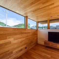 窓/ウッドデッキ/中庭住宅/中庭のある家/中庭/リビング/... リビングには北側の山並みと青空を切り取る…(3枚目)
