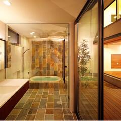 洗面室/洗面室インテリア/洗面所/洗面/ウッドデッキ/中庭/... 浴室は完全プライベートな中庭に面していて…