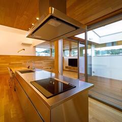 インテリア/ウッドデッキ/ブラインド/サンワカンパニー/中庭/注文住宅/... キッチンとリビングの中庭面サッシ上部には…