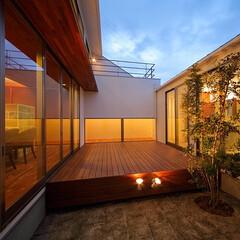 ウッドデッキ/建築家とつくる家/建築家と建てる家/建築家/中庭のある暮らし/中庭のある家/... 完全プライベートな中庭デッキまわり…(2枚目)