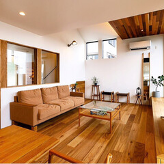 設計事務所/建築家/インテリア/家具/ソファ/ダイニングテーブル/... リビングと玄関廊下の間の壁にガラス窓を設…
