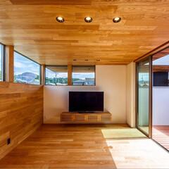 窓/ウッドデッキ/中庭住宅/中庭のある家/中庭/リビング/... リビングには北側の山並みと青空を切り取る…(2枚目)