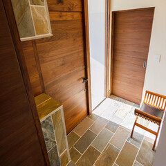 デザイン/設計事務所/設計/玄関ドア/玄関/リゾートインテリア/... ウォルナットの玄関ドアと鋳鉄のレバーハン…