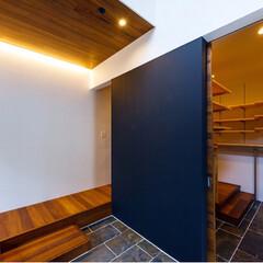 黒板/シューズクローゼット/ファミリークローゼット/階段/entrance/インテリア/... 黒板壁奥のファミリークローゼットで部屋着…