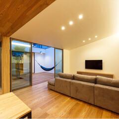 テレビボード/テレビ/ソファ/リビング/HOUSE/設計/... ソファや壁掛けTVが大きいので小さく見え…
