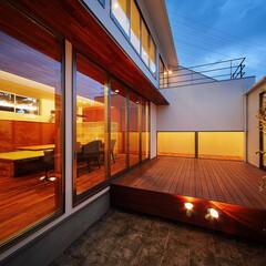 ウッドデッキ/建築家とつくる家/建築家と建てる家/建築家/中庭のある暮らし/中庭のある家/... 完全プライベートな中庭デッキまわり…