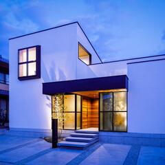 坪庭/外観デザイン/外観/玄関/設計事務所/設計/... 玄関の対称側にはガラスの坪庭があり廊下と…