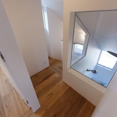 設計事務所/設計/廊下/階段/吹抜け/リビング/... 2階の廊下.階段からはリビングが見えて少…