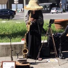街角ライブ/侍/演奏/ジャズ 今日繁華街の真ん中でジャズのメロディーを…