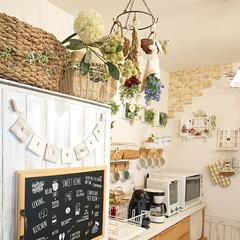 冷蔵庫上収納/かご収納/キッチン雑貨 冷蔵庫の上に置いてあるかごの隣のワイヤー…