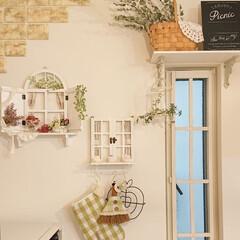 Vita/ナチュラルキッチン/キッチン/ハンドメイド/DIY/雑貨だいすき キッチンの壁に手作りの窓を飾り、その周り…