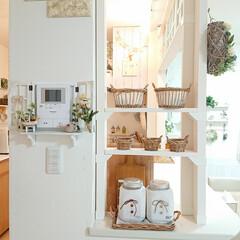 カゴ収納/ナチュラルキッチン/セリア/DIY/みんなにおすすめ DIYで作った棚に、可愛いかごを置いてみ…