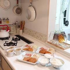お家ごはん/夕飯/コロッケ/キッチン/わたしのごはん 昨日の夕飯はお惣菜のコロッケにランチョン…