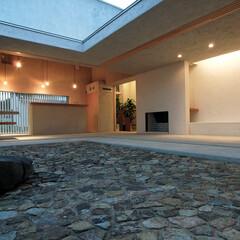 中庭のある家/空気感/土間/大開口/内と外/気配 夕暮れときの中庭