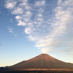 山/偶然/旅/富士山/朝焼け/赤富士/... 富士山噴火🌋いえいえ朝焼けに赤く染まる山…