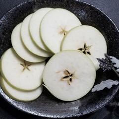 リンゴ/スターカット/クリスマスローズ/庭の花/花/フルーツ 今日の晩御飯🌃🍴  中途半端な遅い昼食を…