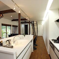 ダイニングルーム/広いリビング/白のキッチン/対面式キッチン 開放的な吹き抜けのLDKの中に白を基調と…