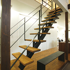 スケルトン階段/吹き抜けの階段/黒スケルトン階段 リビングから吹き抜けのスケルトン階段を上…