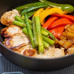 ストウブ 鍋 Staub ブレイザー ソテーパン 24cm ブラック   STAUB(両手鍋)を使ったクチコミ「ある日の晩ごはん。鶏胸肉と野菜をストウブ…」