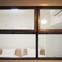 寝室/インテリア/シンプルインテリア/アイアン窓/内窓/おうち アイアンの内窓からチラリと覗く寝室。壁が…(1枚目)