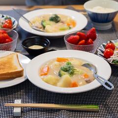 おうちごはん部/料理/献立/夕食 ある日の食卓。 作ったのはクリームシチュ…