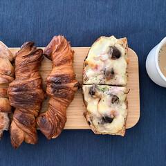 イケア/食器/カッティンボード/テーブルコーデ 木製のカッティングボードとパンは最高に相…